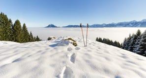 Paia di escursione dei bastoni in neve Attività di sport nel paesaggio di inverno delle montagne Allgau, Baviera, Germania Immagini Stock Libere da Diritti