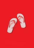 Paia di Kids& Rosso-a strisce x27; Flip-flop Fotografia Stock