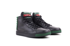 Paia di nuove scarpe da tennis sommità alta di cuoio nere, isolate su bianco Fotografia Stock Libera da Diritti