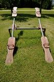 Paia di vecchie altalene a bilico di legno in una cittadina dell'America rurale Fotografia Stock