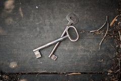 Paia di vecchie chiavi su superficie di legno Immagine Stock