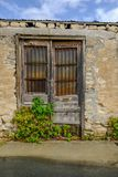 Paia di vecchie porte di legno, della sezione superiore arrugginita e di chiuso incatenato fotografie stock