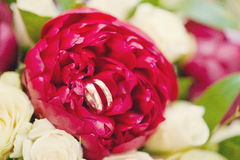 Paia o fedi nuziali sui fiori del mazzo Fotografia Stock Libera da Diritti
