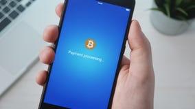 Paiement avec le bitcoin utilisant le smartphone banque de vidéos