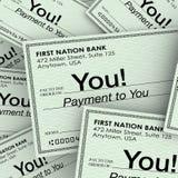 Paiement d'argent de contrôles à vous chèques de règlement de revenu Photo libre de droits