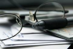 Paiement des factures avec des contrôles Photos libres de droits