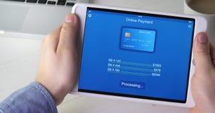 Paiement des factures avec la carte de crédit utilisant l'application numérique de comprimé banque de vidéos