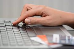 Paiement en ligne de facture ou concept en ligne d'achats Photographie stock