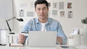 Paiement en ligne par l'homme d'affaires, achats banque de vidéos