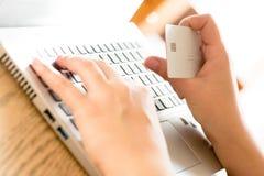Paiement en ligne utilisant l'ordinateur portable et la carte de crédit Photos libres de droits