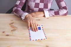 Paiement illicite d'enveloppe de femme d'affaires image stock