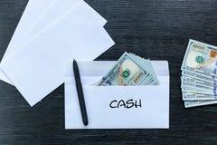 Paiement illicite sous enveloppe cash photo stock