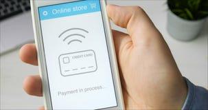 Paiement la caisse de smartphone dans l'application en ligne de magasin utilisant le téléphone portable clips vidéos