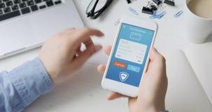Paiement la facture d'assurance auto utilisant l'application de smartphone clips vidéos
