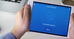 Paiement la facture d'une épicerie utilisant l'application mobile sur le comprimé numérique banque de vidéos