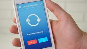 Paiement la facture d'une épicerie utilisant l'application mobile sur un smartphone clips vidéos