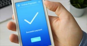 Paiement la facture d'une épicerie utilisant l'application mobile sur un smartphone banque de vidéos