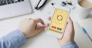 Paiement la facture de tour de taxi utilisant l'application de smartphone banque de vidéos
