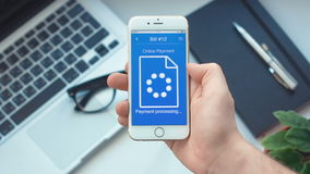 Paiement la facture sur le paiement mobile APP sur le smartphone banque de vidéos