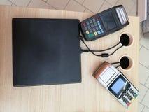 Paiement par carte de cr?dit de NFC en caf? Client payant avec la carte de cr?dit sans contact avec la technologie de NFC Main de photos stock