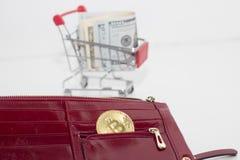 Paiement par cryptocurrency Bitcoin ou dollar pièce de monnaie de bitcoin dans le portefeuille rouge photos libres de droits