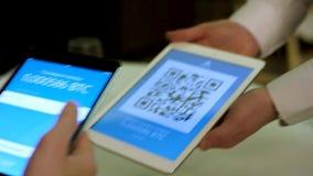 Paiement par cryptocurrency dans le restaurant utilisant une fin de comprimé  barre Équipez se reposer dans le caffe d'Internet e banque de vidéos