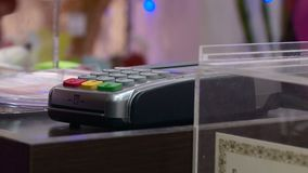 Paiement par la carte bancaire des marchandises dans le magasin clips vidéos