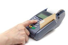 Paiement par la machine de carte de crédit sur le fond blanc image libre de droits