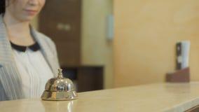 Paiement pour la pièce dans l'hôtel avec le bitcoin banque de vidéos