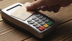 Paiement sans contact avec la carte de crédit banque de vidéos