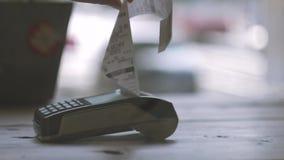 Paiement sans contact de NFC de concept Effectuer le paiement avec la carte de crédit et le terminal de position, contrôle imprim banque de vidéos