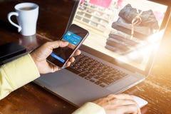 Paiements mobiles, homme à l'aide du smartphone faisant des emplettes en ligne photos libres de droits