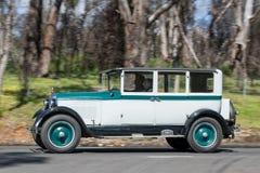 Paige Sedan 1926, der auf Landstraße fährt Stockfotografie