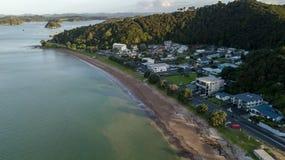 Paihia海滩前的邻里在新西兰,空中观点 免版税库存照片