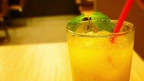 Paille à boire d'un verre de jus d'orange Macro banque de vidéos