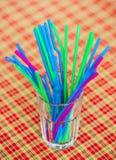Paille colorée de boissons en verre Photo stock