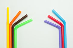 Pailles à boire colorées sur le fond blanc Photos libres de droits