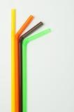 Pailles à boire colorées sur le fond blanc Image stock