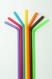 Pailles à boire colorées sur le fond blanc Photographie stock libre de droits
