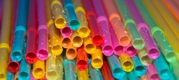 Pailles à boire vibrant multicolores Images libres de droits