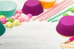 Pailles, étoiles et tasses de papier colorées de petit gâteau Photo libre de droits