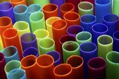 pailles en plastique colorées photographie stock libre de droits