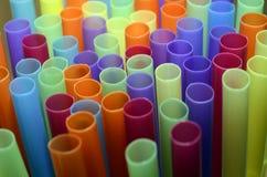 pailles en plastique colorées photos libres de droits