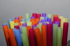 pailles en plastique colorées photographie stock