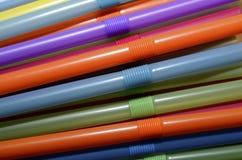 pailles en plastique colorées image libre de droits