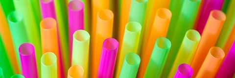 Pailles en plastique color?es photographie stock libre de droits