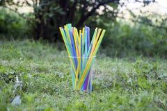 Pailles en plastique sur la terre image libre de droits
