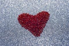 Paillette rouge de scintillement rond dans la forme de coeur d'isolement sur le fond blanc - amour et concept de valentine Photos libres de droits