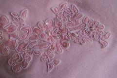 Paillettes、小珠和刺绣在桃红色织品 免版税库存照片