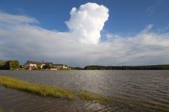 Paimpont opactwo przeglądać od jeziora i chmur Zdjęcia Royalty Free